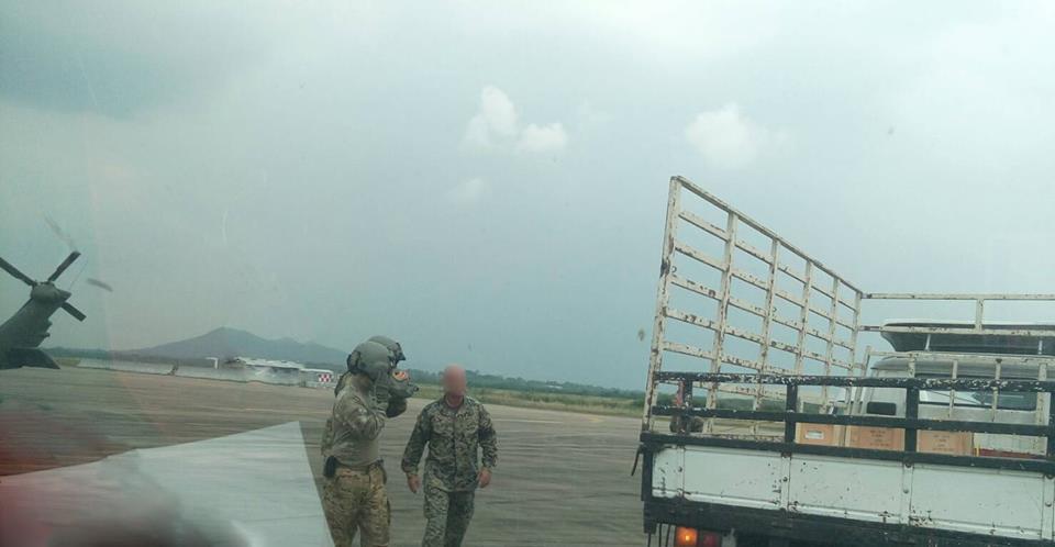 นักบินแบล็คฮอค พบปะพูดคุยกับ จนท. ส่งของ ก่อนที่จะช่วยกันขนของ