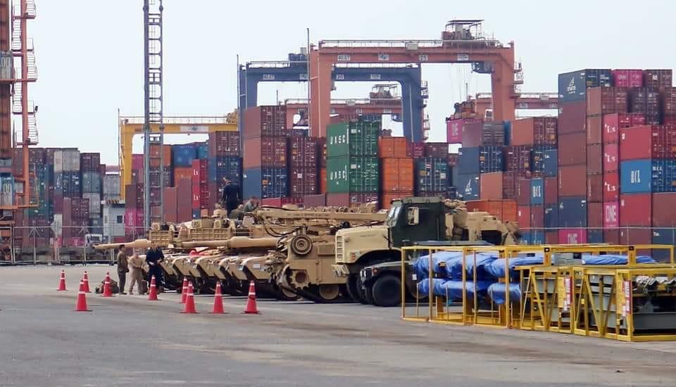 รถถังหลัก M1A1 กับรถบรรทุกหนัก MK36 รอการเคลื่อนย้าย